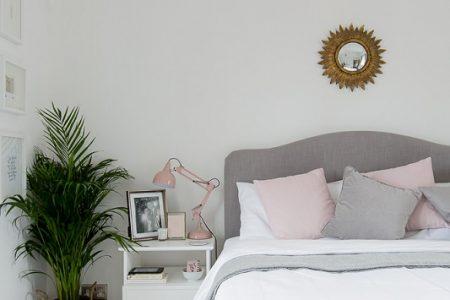Una habitación con muebles restaurados y mucha luz natural