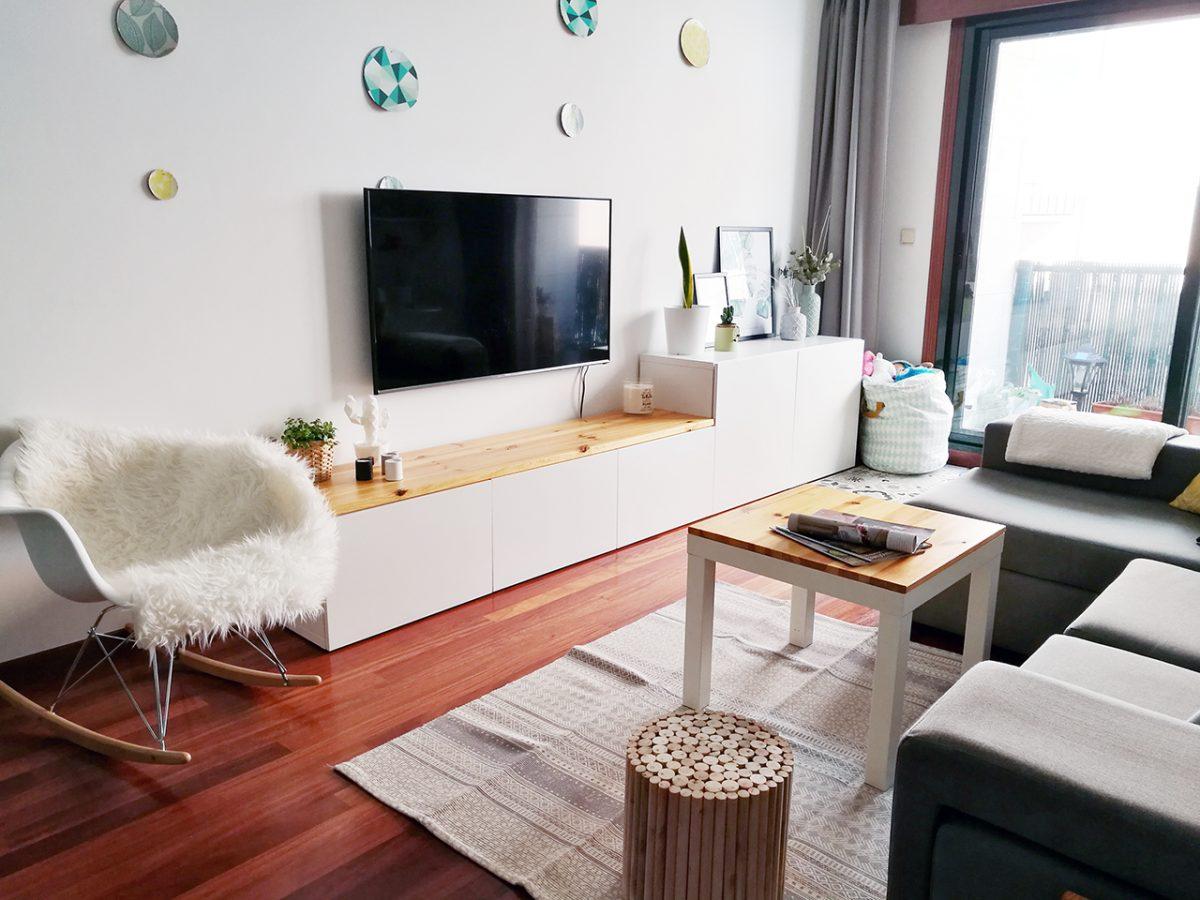 un salón low cost con detalles decorativos
