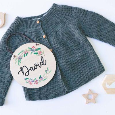 Cartel floral de madera con el nombre de tu bebé