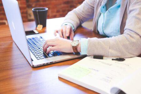 ¿Cómo puede ayudar el uso prolongado de un escritorio elevable a tu espalda?